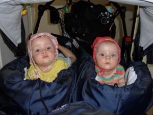 Zwillinge im Kinderwagen