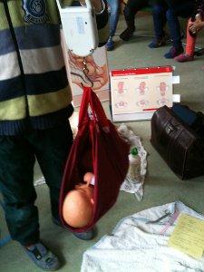 Hebammen-Unterricht: Baby wiegen