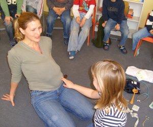 Hebammen-Unterricht: Babylage tasten