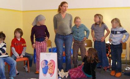 Hebammen-Unterricht: Becken fuehlen