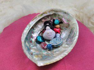 Muschel und Perlen aus Blessingway Ritual