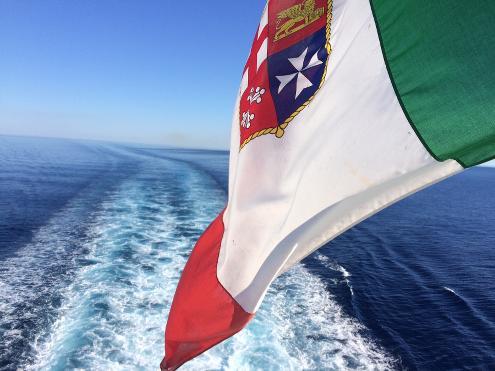 Koriska-Flagge mit Blick auf Fahrtwasser der Fähre