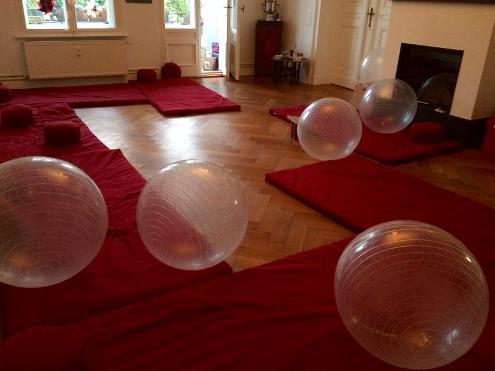 Kursraum für Geburtsvorbereitung mit Gymnastikbällen
