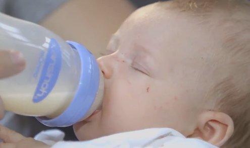 """Papa füttert Baby mit Flasche und Lansinoh-Sauger """"Natural_Wave"""""""