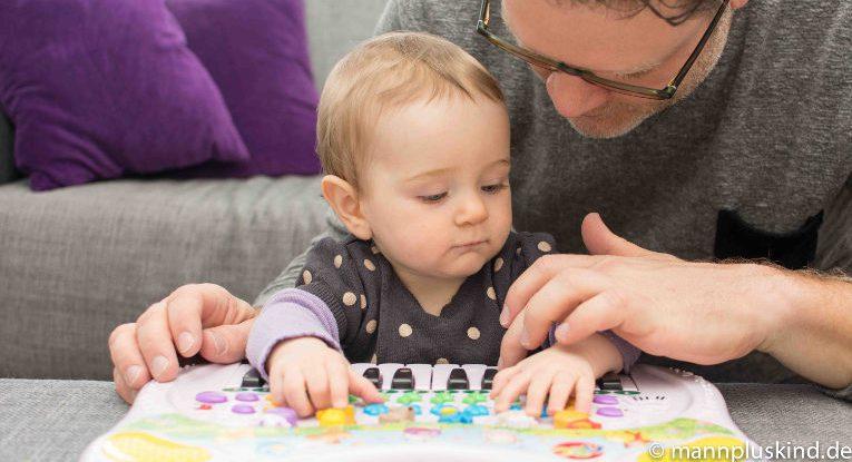 Elternzeitbericht: Papa und Tochter spielen Keyboard