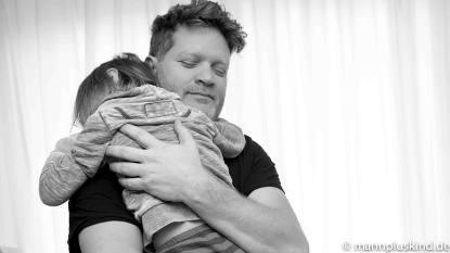 Elternzeitbericht: Tochter bei Papa auf dem Arm