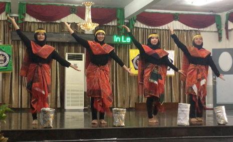 Zeremonie-Tanz an der Uni in Medan