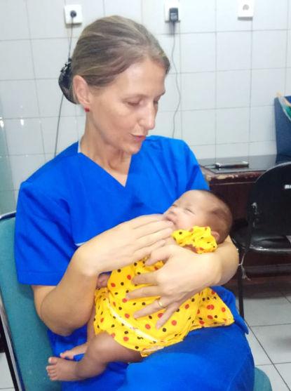 Kuscheln mit Baby Malika im Krankenhaus von Medan