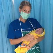 Hebamme Jana Friedrich mit Baby in Indonesien