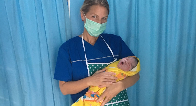 Hebamme Jana Friedrich mit Baby in Indonesien