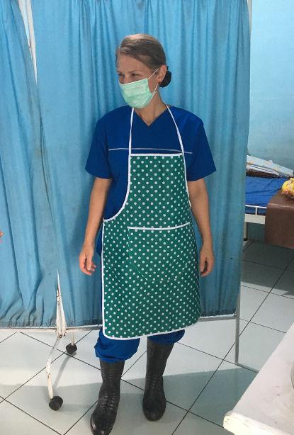 Hebamme Jana Friedrich in Gummistiefeln im Geburtshaus in Indonesien