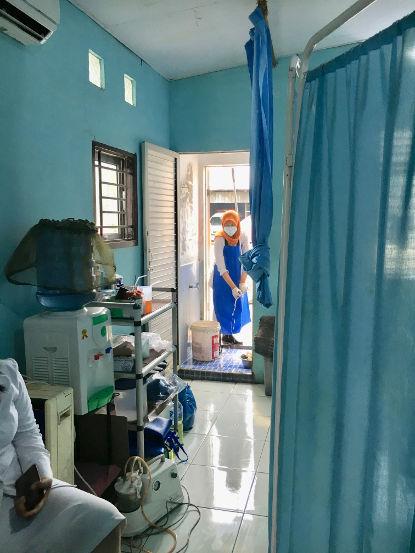 Putzen nach der Geburt in indonesischem Geburtshaus